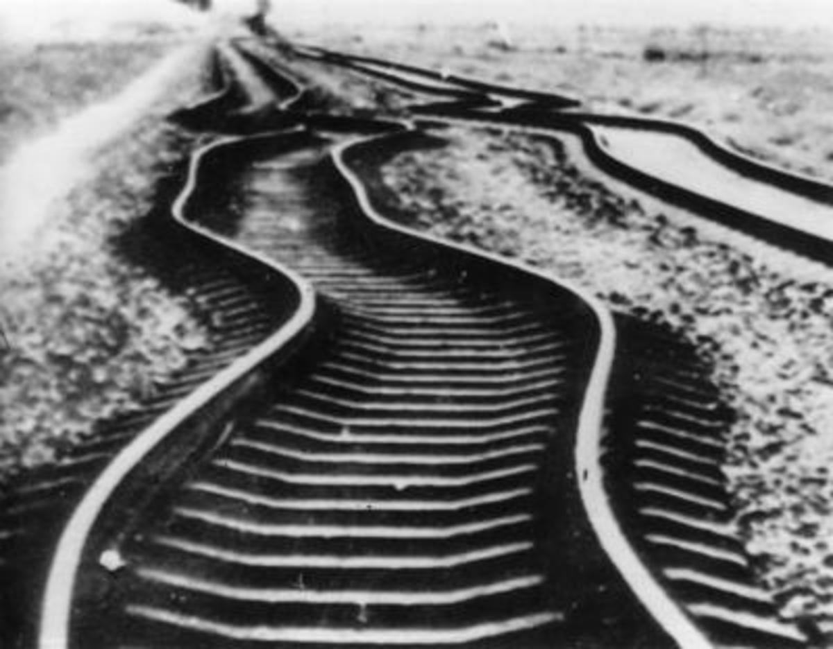 Twisted rails after the earthquake measuring 7.8 on the Richter scale in Tangshan, Hebei Province, July 1976. (SINA file)