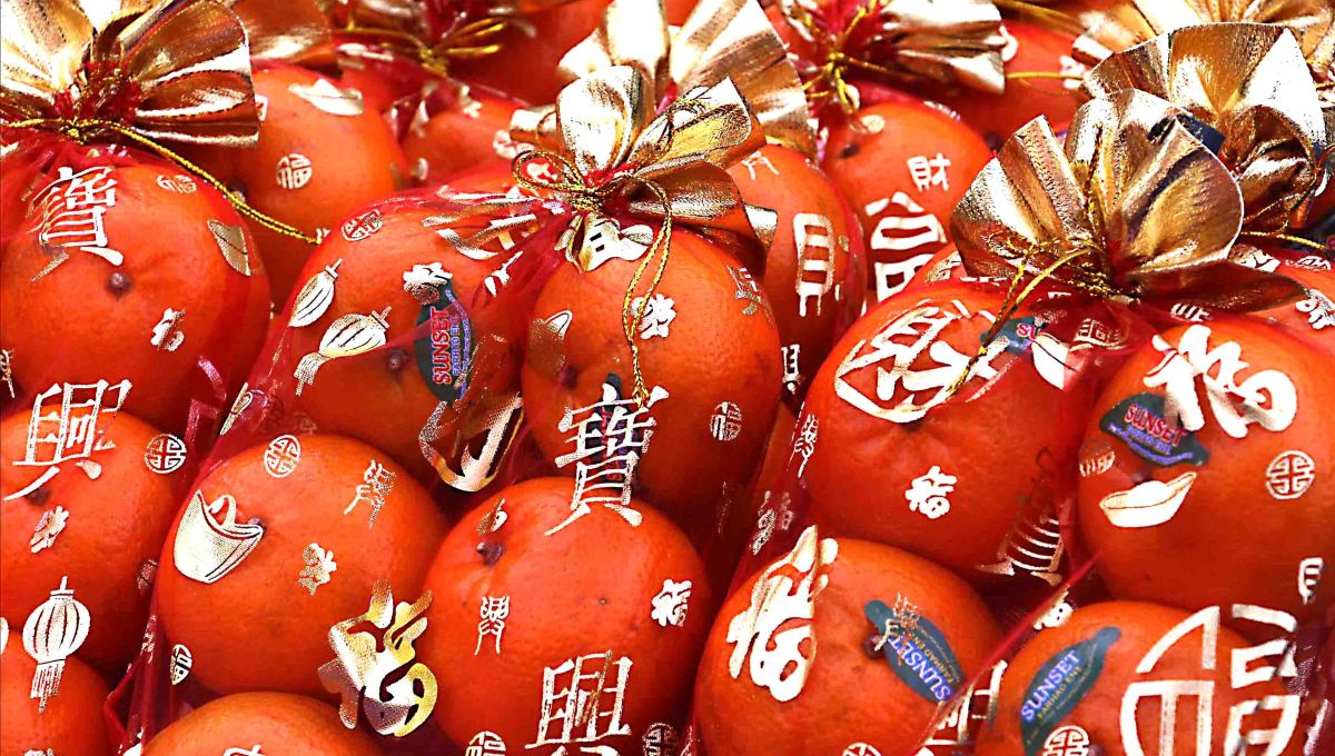 Presentation - Oranges are not the only fruit in Bangkok's Chinatown - to make them stand out that little bit more, they are wrapped in attractive cellophane