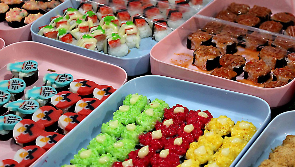 Sweets? .... No, this time the multicoloured little morsels are sushi - mostly rice with seaweed or raw fish. The price was 5 baht per cake - about 10 pence or 15 U.S cents. Be aware of food safety however, if fish is used - ensure the sushi is fresh