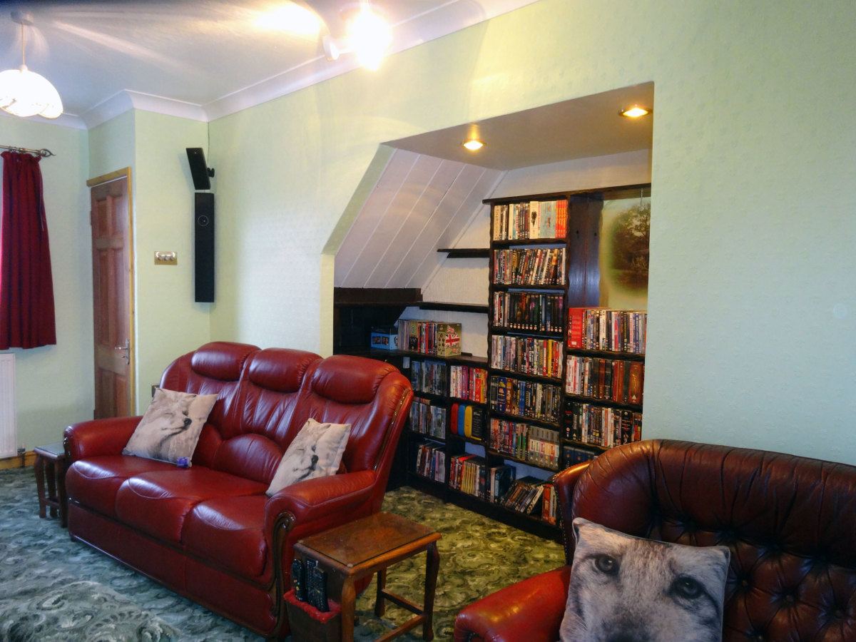 Alcove behind the sofas