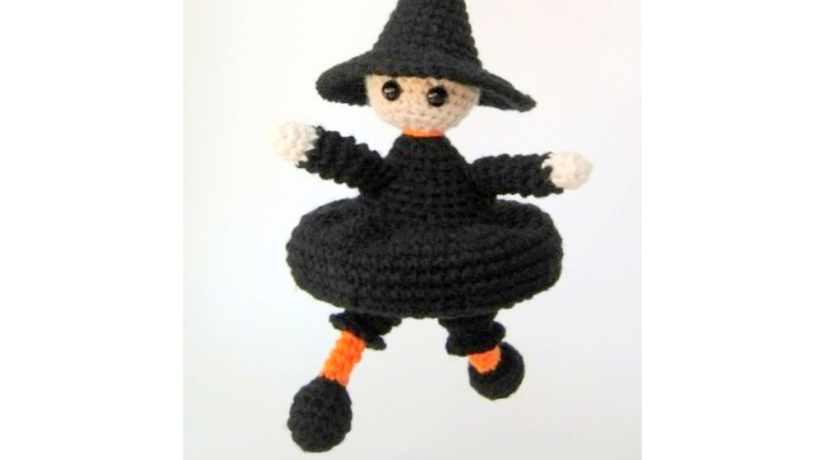 Free crochet pattern amigurumi Halloween witch.