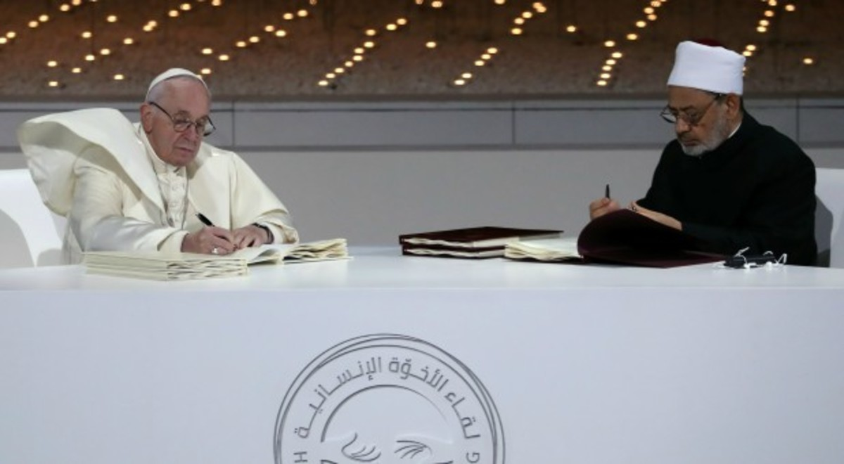 Pope Francis (L) and Grand Sheik Ahmed al-Tayeb, the head of Al-Azhar, the Sunni Muslim world's premier Islamic institution Sign a historic declaration of peace