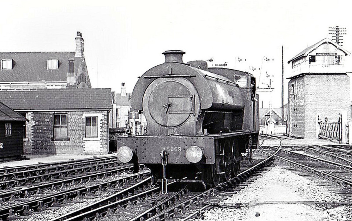 Riddles also designed these six-coupled engines classified by the LNER as J94 when bought from the War Department. Many were allocated to Darlington. 8069 was built by Hudswell Clarke, seen here at Grimsby in northern Lincolnshire