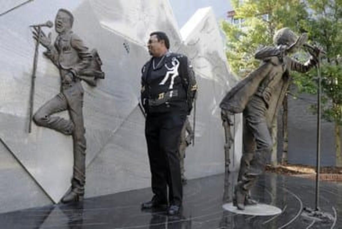 Dennis Edwards visited Eddie Kendricks and Temptations statue