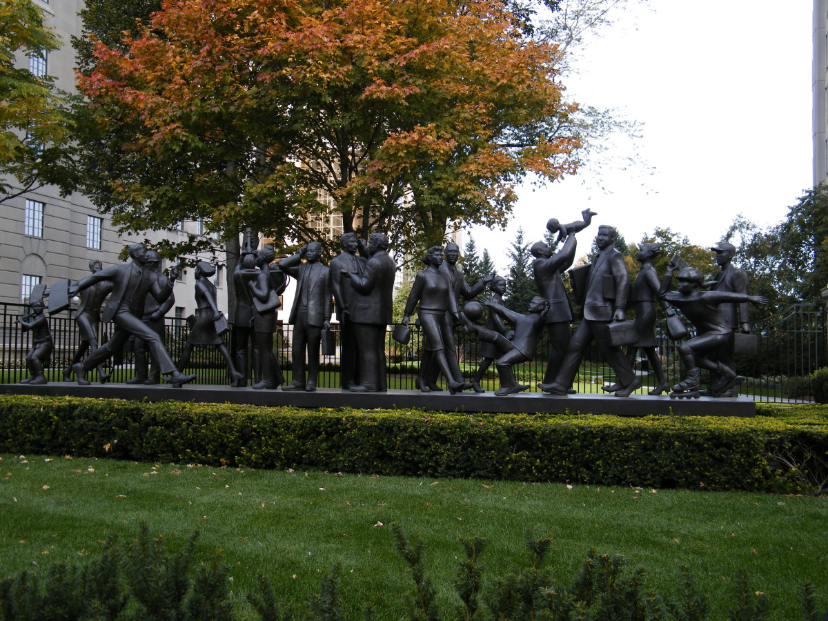 Community, by Kirk Newman (2001). Located in Toronto, Canada; the sculpture was commissioned by Manulife Financial.  web.archive.org/web/20161017190753/http://www.panoramio.com/photo/44127348