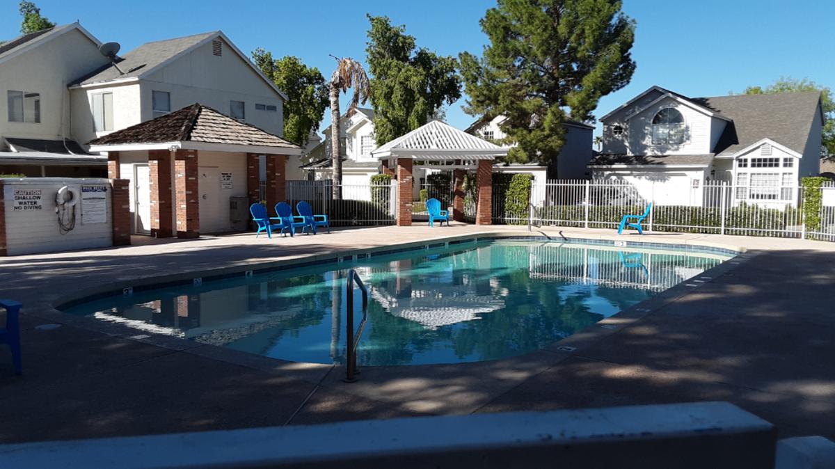 Relaxing B&B Pool