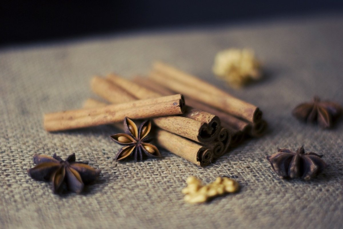 cinnamon-essential-oil-uses-benefits-dangers