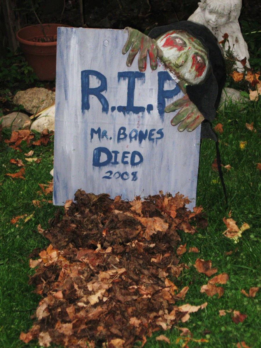 Great halloween decoration  Easy grave with Zombie...