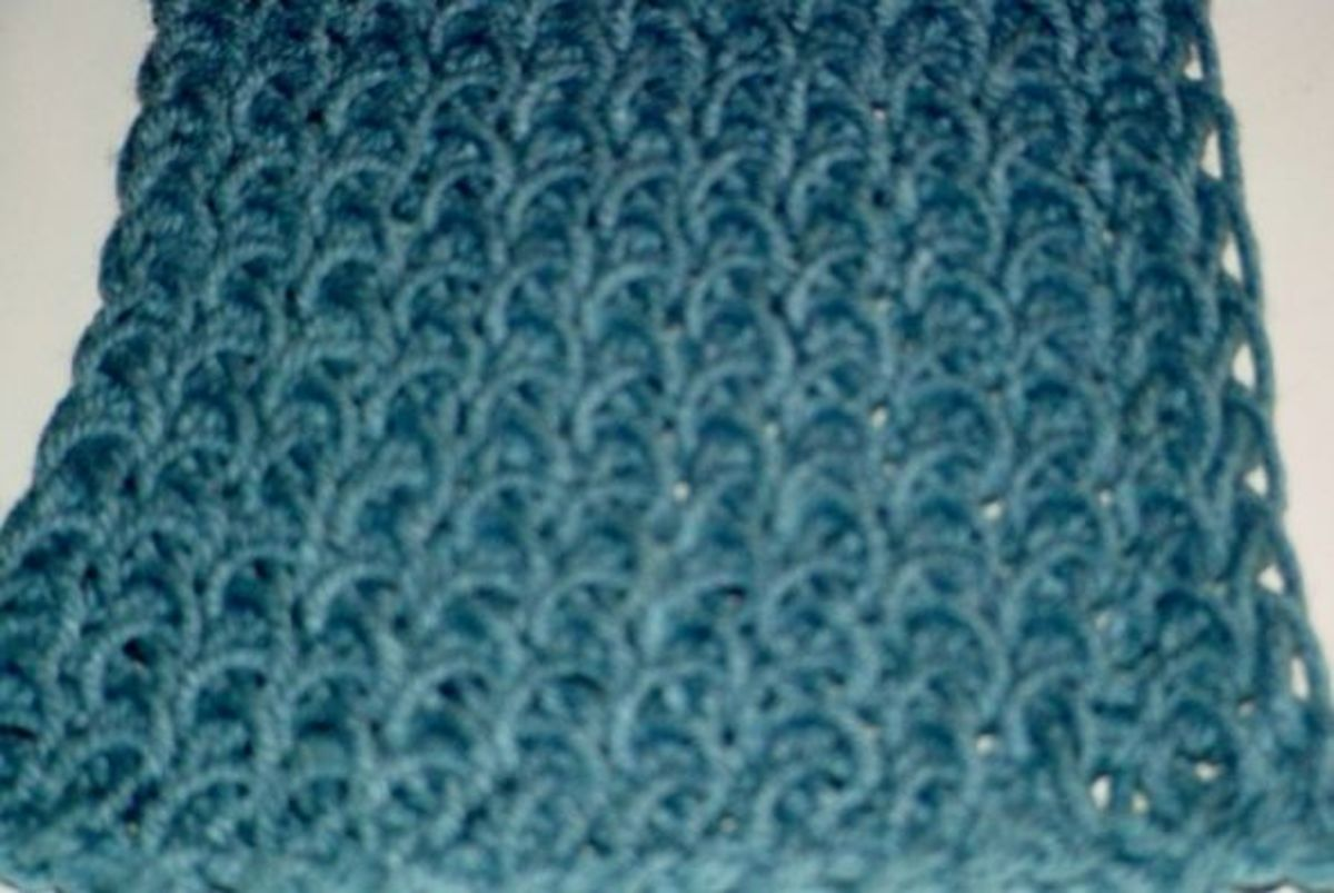 Close-up of the figure 8 wrap stitch done with one strand of medium weight yarn.