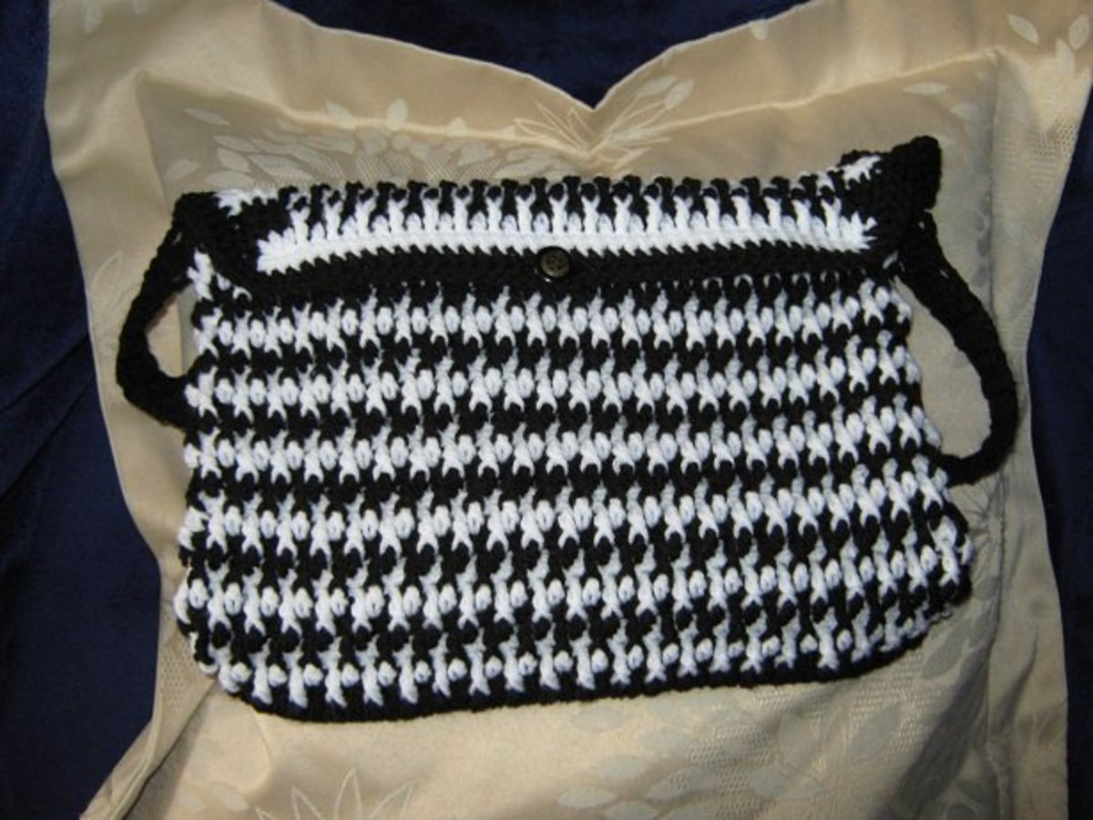 This black and white bag is my own design, you'll find the pattern on my lens Crochet Accessory Patterns.