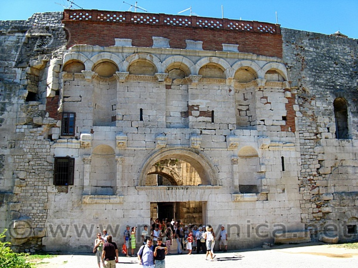 To the left and right of the arch above the door lie empty pedastols where the statues of the Tetrarchy are believed to have been in Ancient times.  The Diocletian and Maksimian were on top, and Constantin and Galeria were on the lower level.