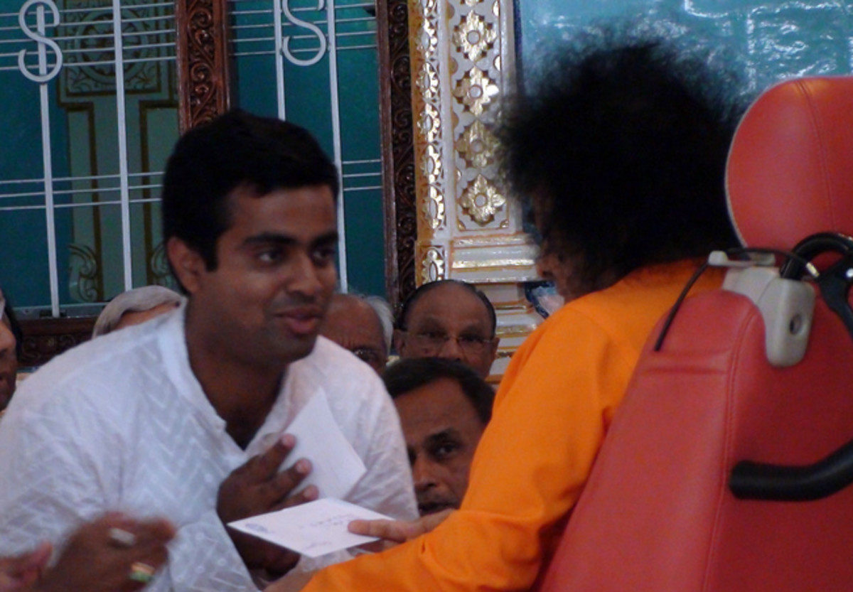 Swami enquiring into the details of the Orissa project on our return. (February 7th, 2009)