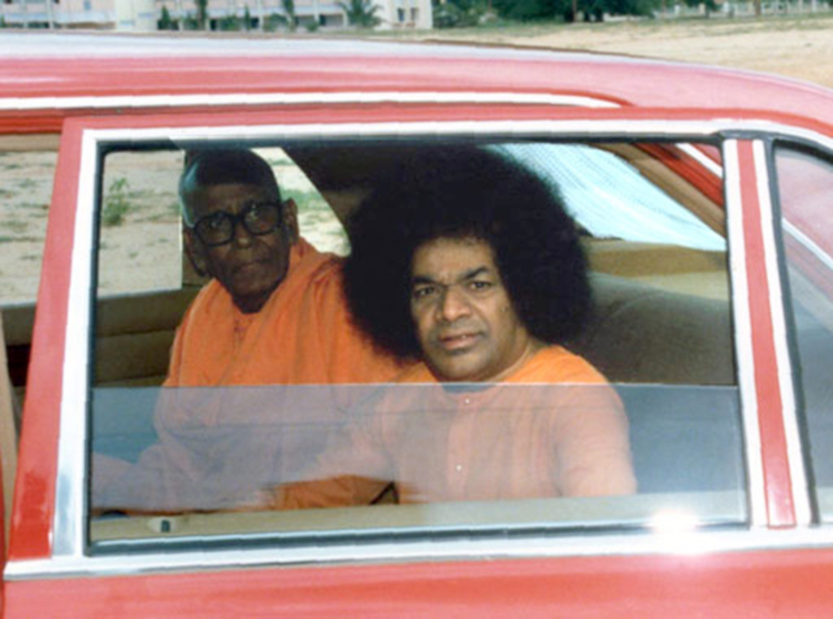 Swami Karunyananda accompanying Bhagawan Baba in a car. Even Swami Karunyananda's samadhi is located on the banks of river Chitravati.
