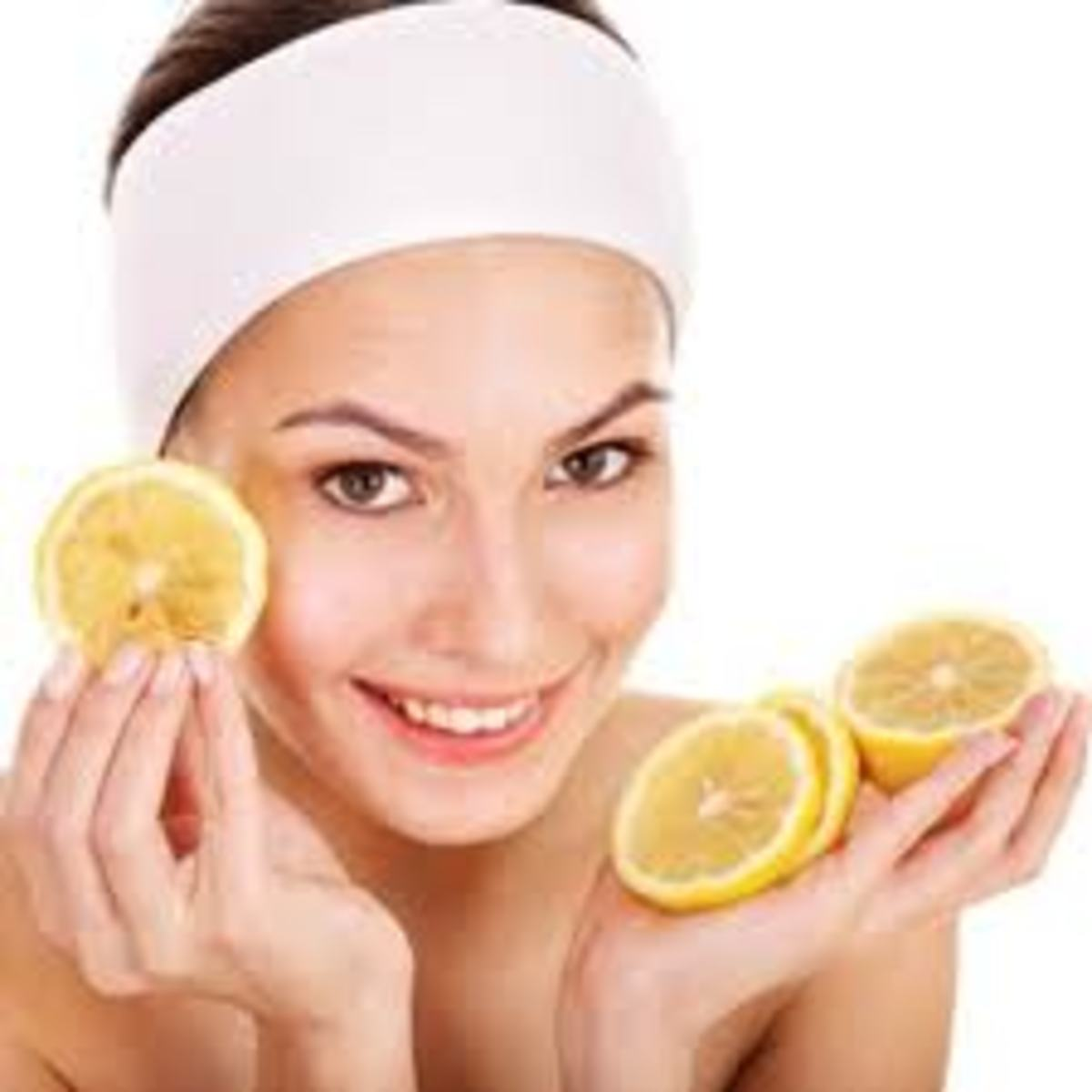 Lemon juice works effectively in reducing acne scars