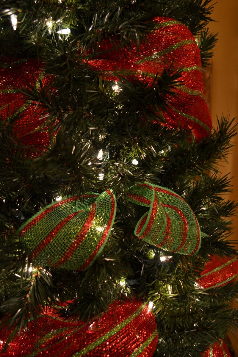 Mesh ribbon is one of the ways that you can decorate a Christmas tree