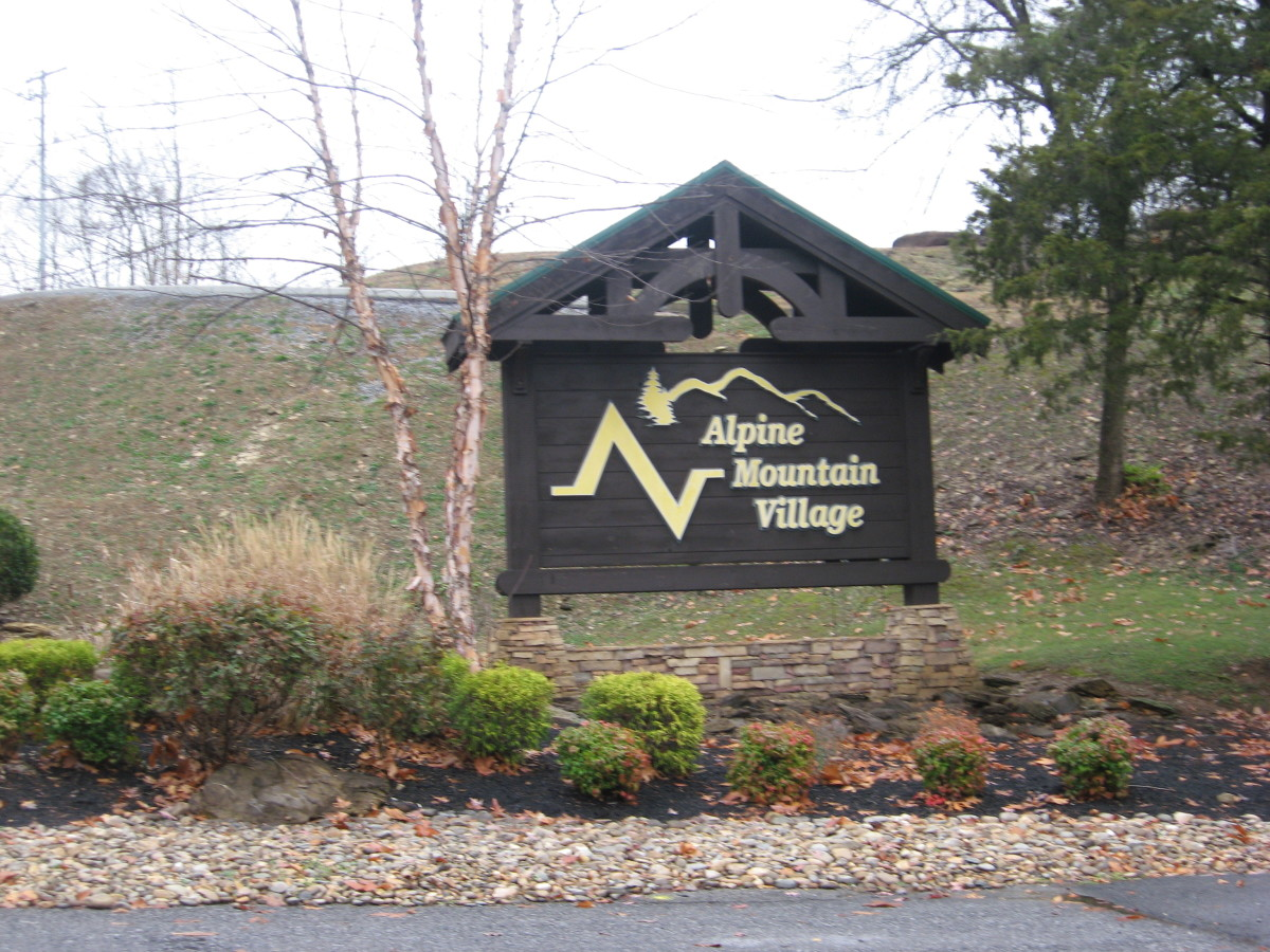 This Pigeon Forge resort is located less than a mile off the Parkway.