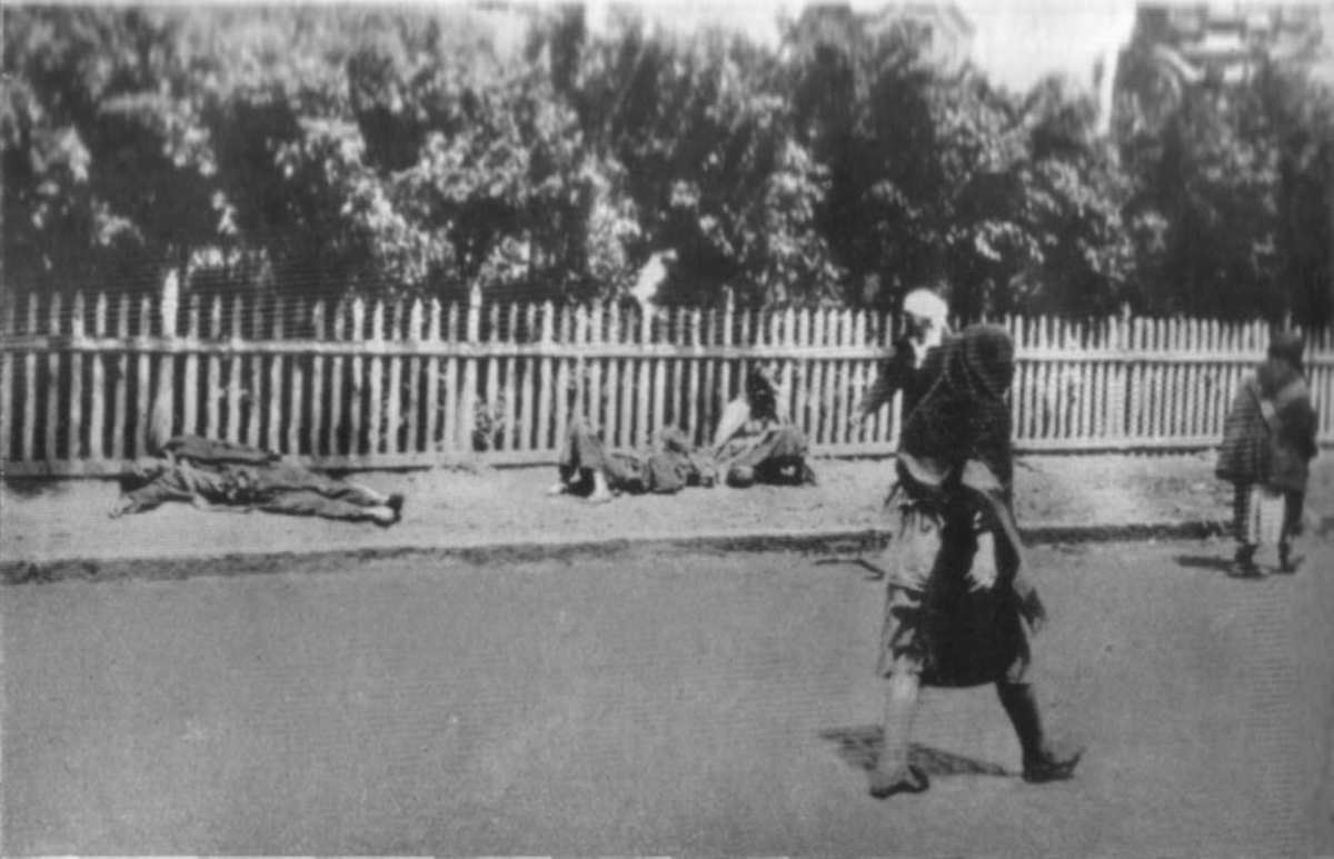 Dead people on street during Holodomor