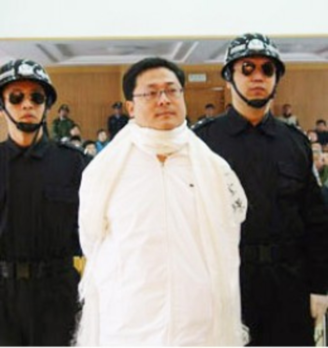 Yuan Bao jing being led to the execution van only hours after hearing the promulgation of his death sentence.