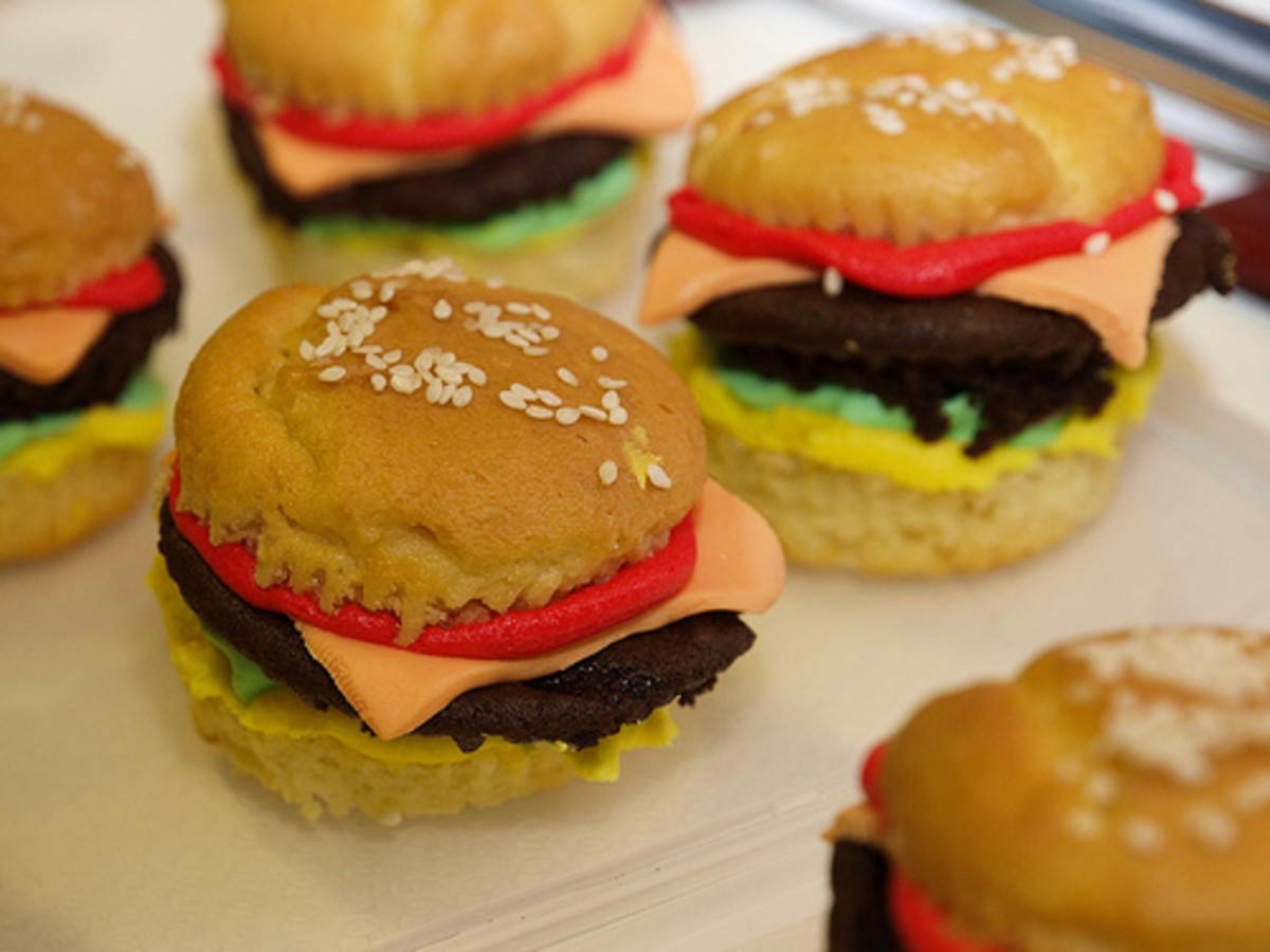 These are cupcakes disguised as hamburgers.  What a clever idea!