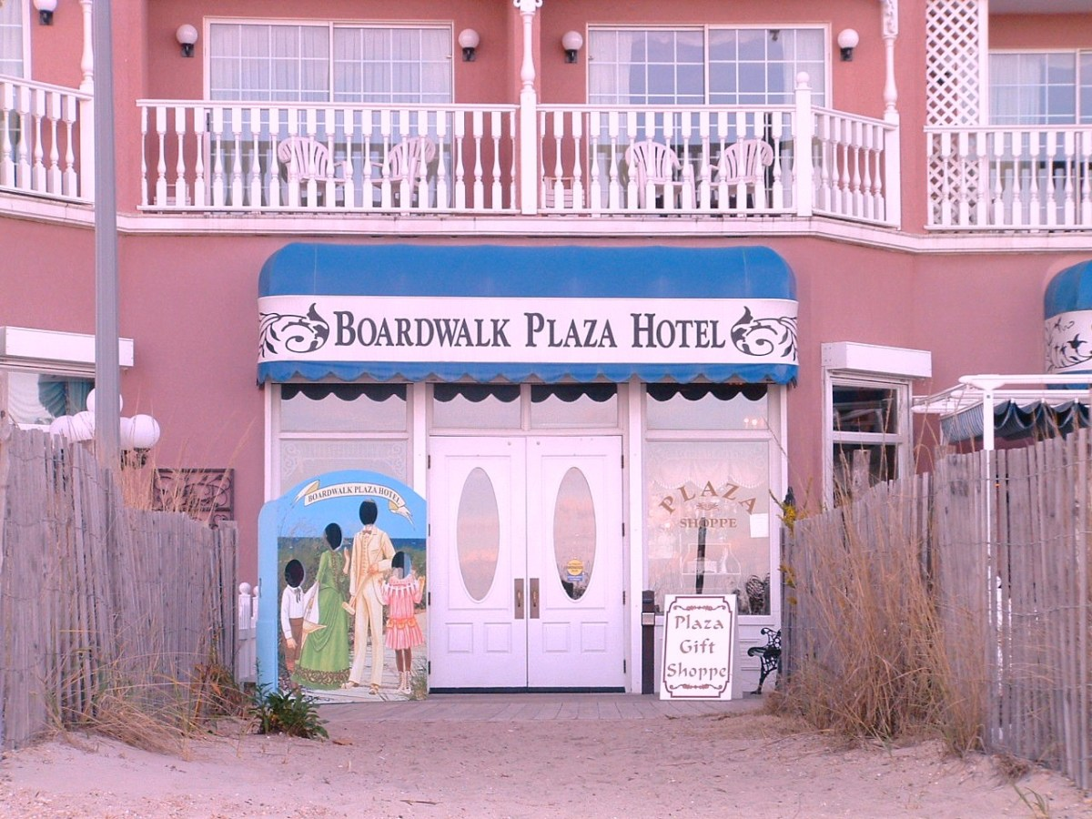 Boardwalk entrance to the hotel. Victoria's Retaurant and Pub can be accessed from this boardwalk entrance or from the main entrance on Olive Avenue.