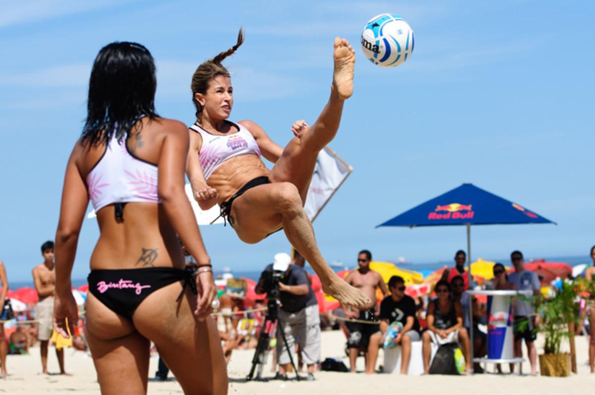 Woman playing Roda de Bola