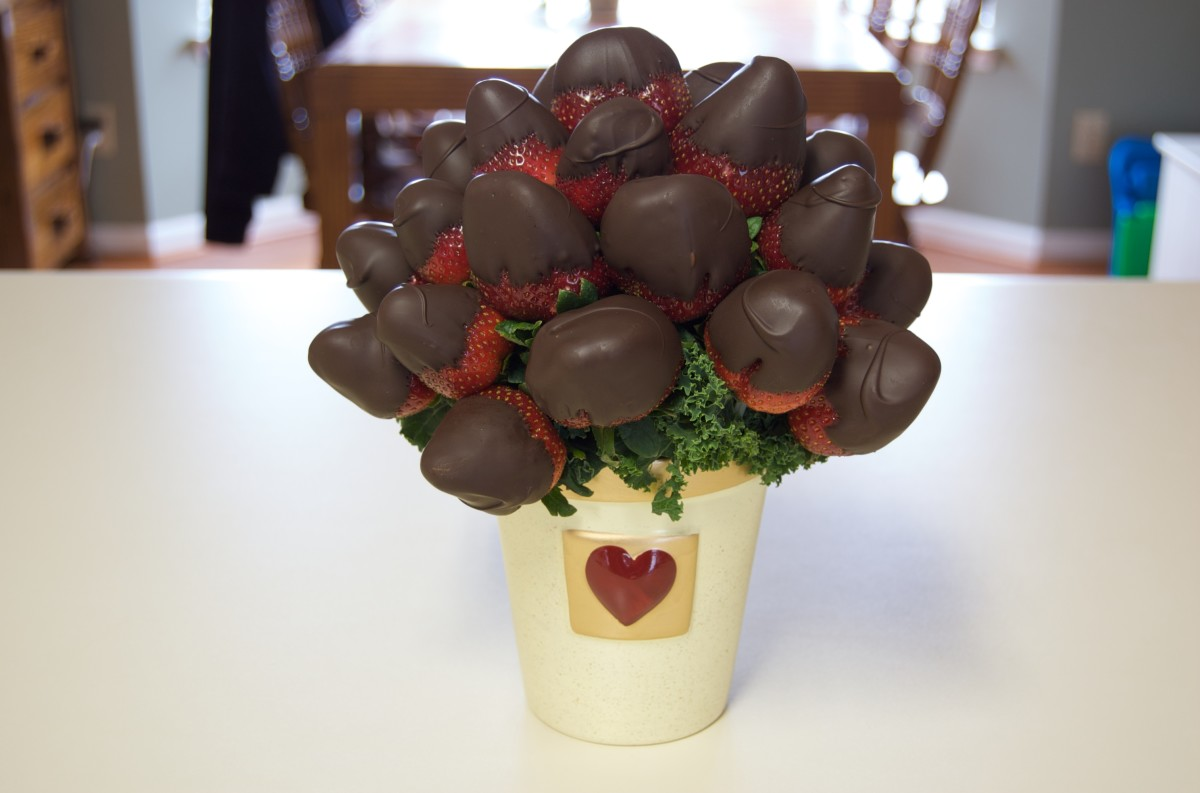 MMMM! Chocolate covered strawberry bouquet! I'd love to receive these... What if you got your sweetheart a secret Chocolate Covered Strawberries drink too? Hidden menus are awesome!