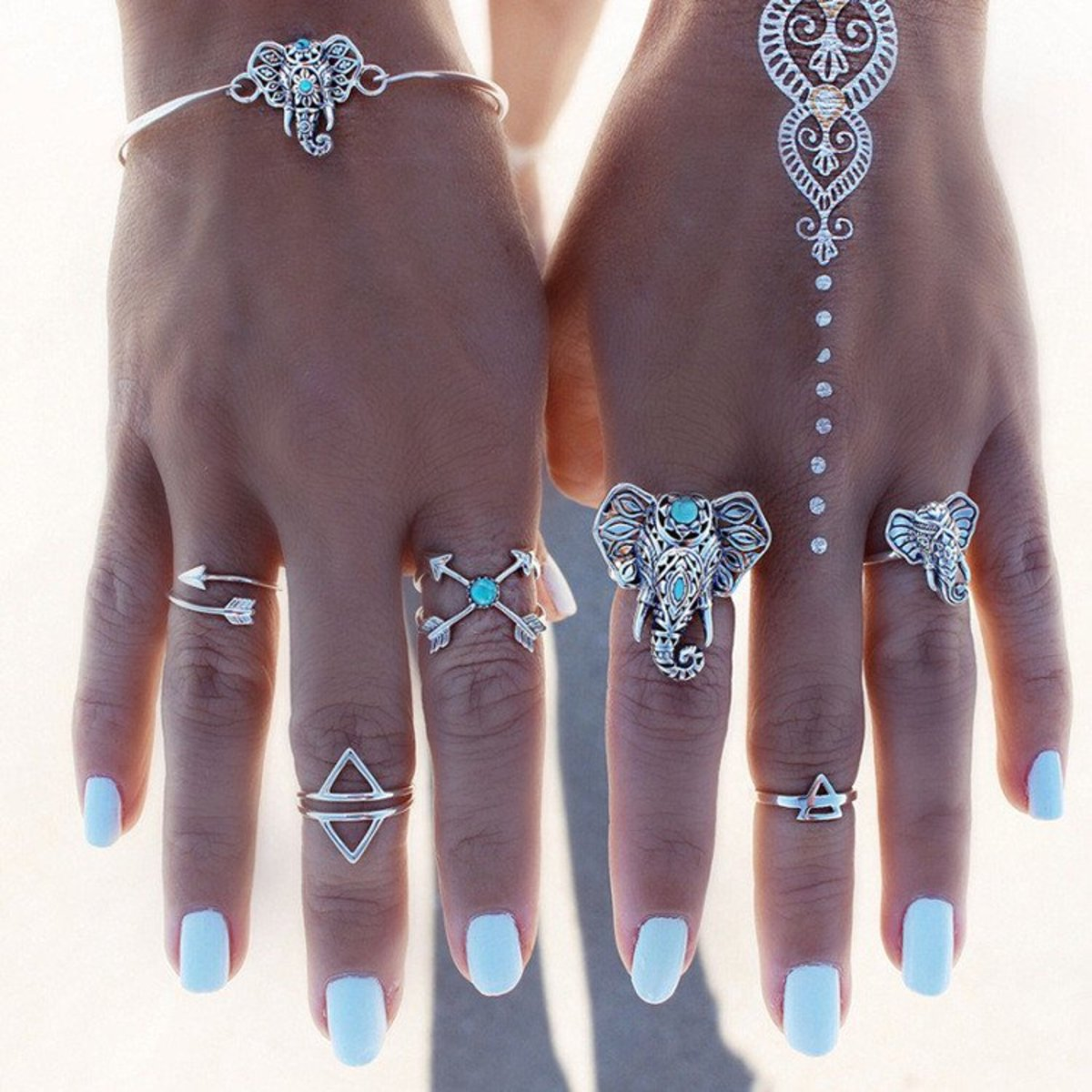 Midi rings complement regular rings quite well and can be worn with anything.