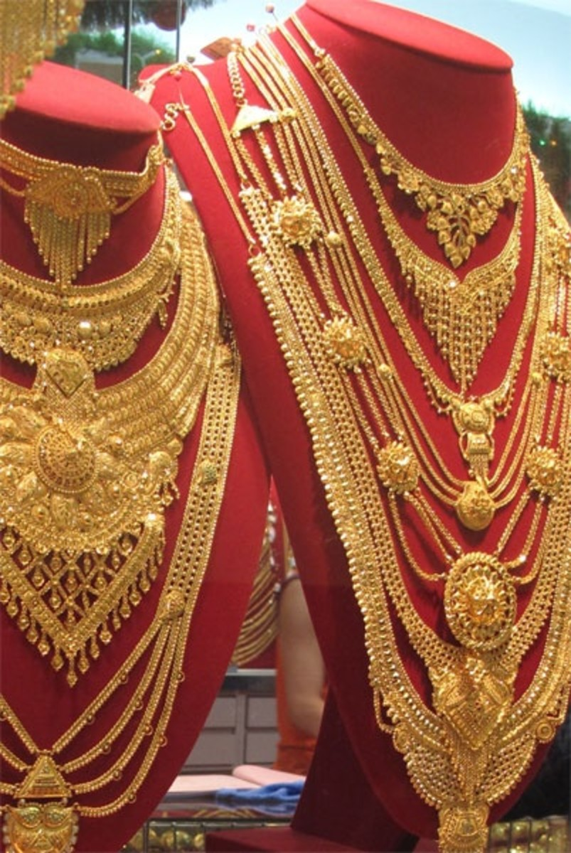 traditional Indian yellow gold design. Lots of gold necklace designs
