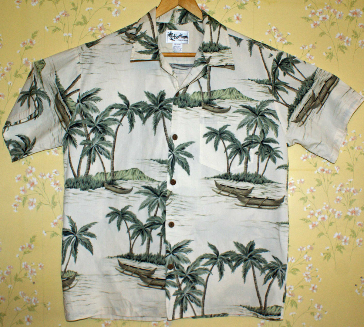 This is a beautiful vintage men's Hawaiian shirt made by the world famous Howie of Hawaii shirt company.