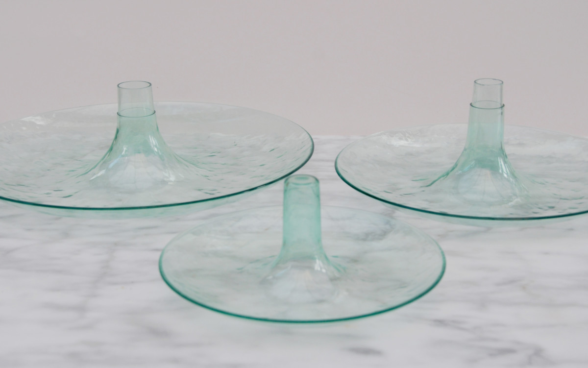 Separate layers of the plastic cake stand.