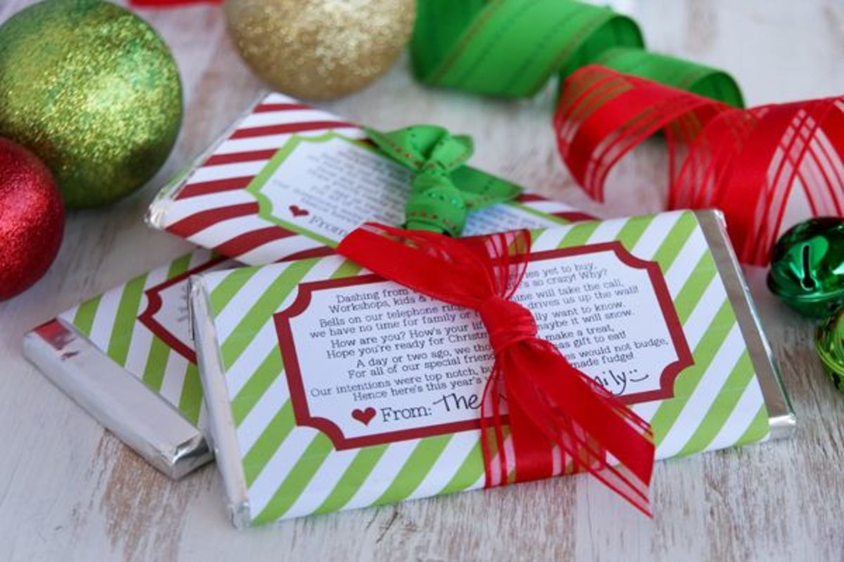 Find printable Christmas candy bar wrappers at ourbestbites.com.  Just click on the picture to get the instructions so you can print your own holiday candy wrappers.