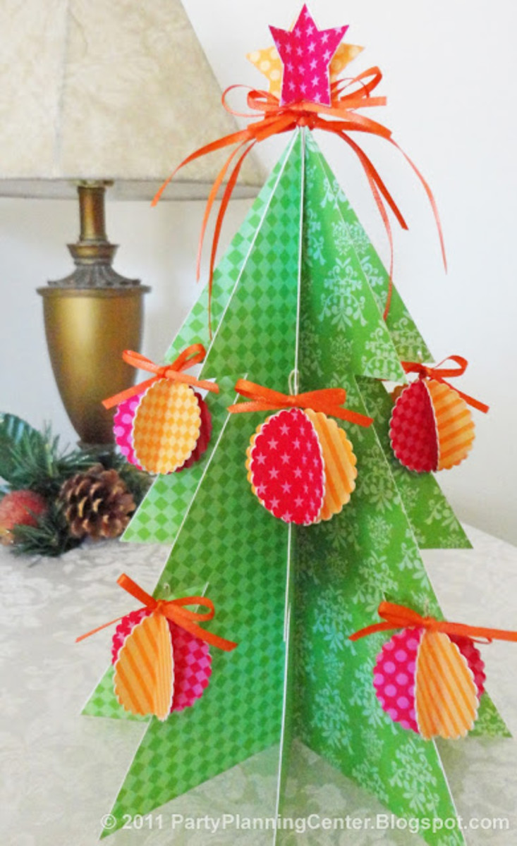 Click on the picture to visit partyplanningcenter and print out this fun little Christmas Tree and decorations.