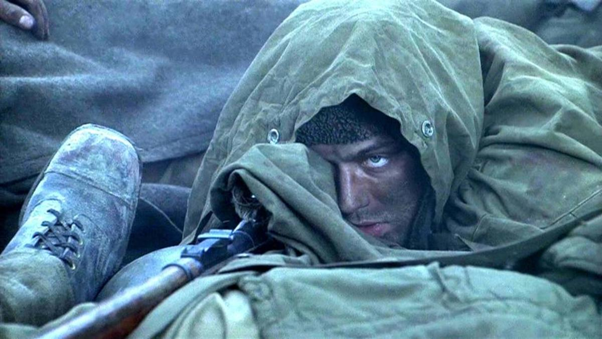 """Jude Law portrays Russian sniper Vasilii Zaitsev in """"Enemy at the Gates"""""""