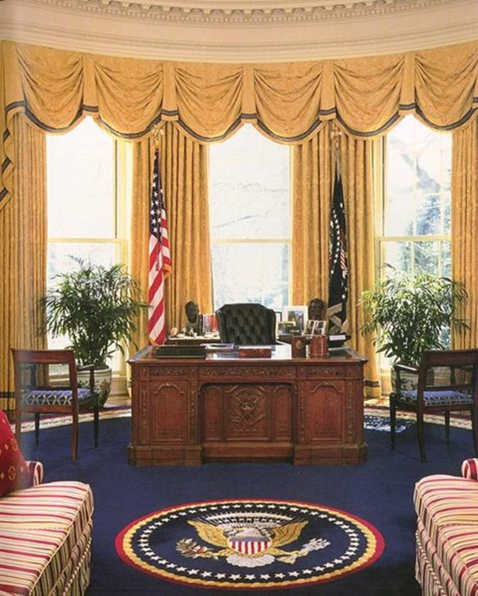 White House Oval Office during the administration of Bill Clinton showing the Resolute Desk.