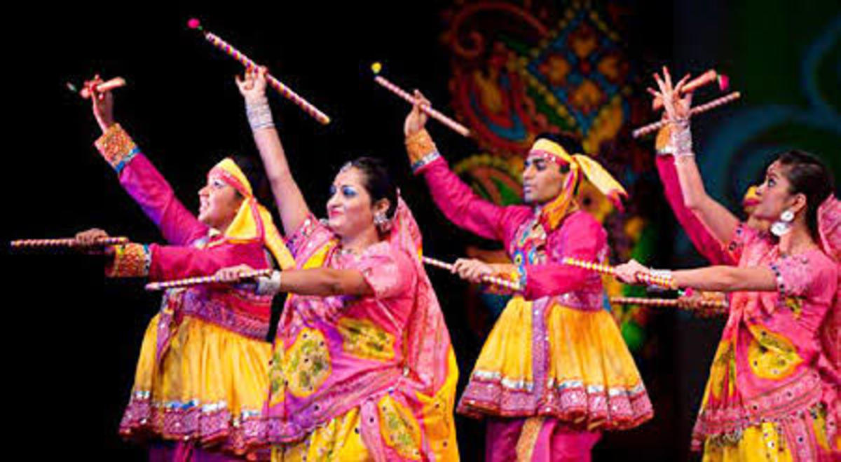 Folk dance: Dandiya raas