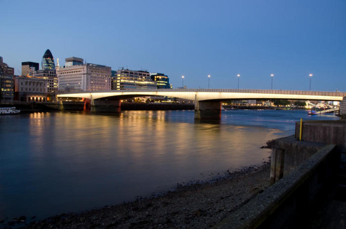 This London Bridge is a long way from falling down. Opened 17th March, 1973 - to replace an earlier one rebuilt at Lake Havasu, Az, complete with red double-decker London buses - its longest span is 341.2 ft or 104m.