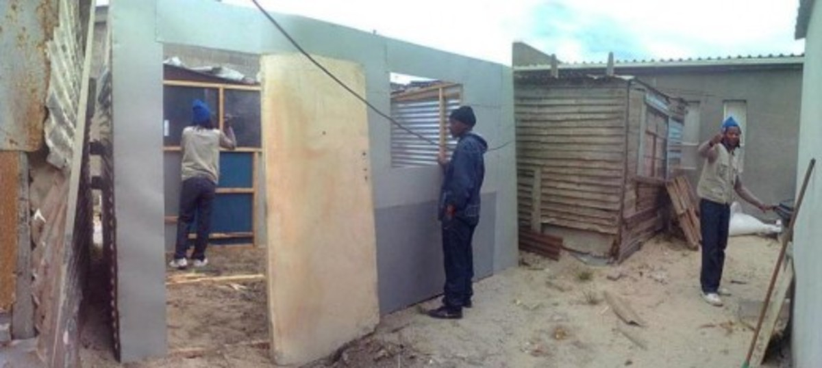 The life of the poor and their attempts to build their own house with corrugated iron and wood.