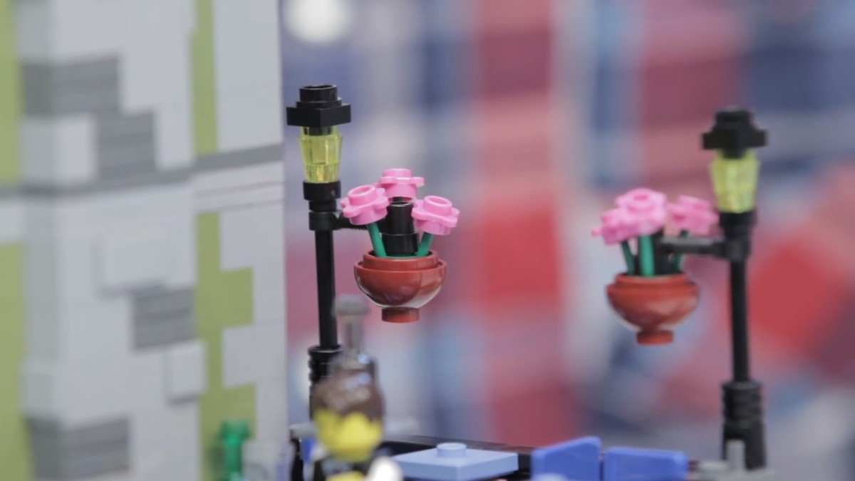 LEGO Creator Parisian Restaurant Modular Building | Here you can see these new little pieces – a new round bowl shape that is used for the pots and for the lamps.