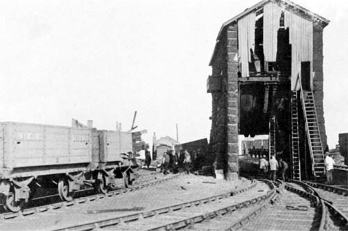 Ingleby Drum House has seen better times in this view looking away from the incline rise, 1903 - on the left the timber-bodied wagon second from left has been involved in a collision, note the splintered end towards the drum housing