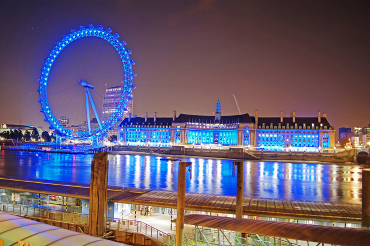 Blue light and reflection of the London Eye