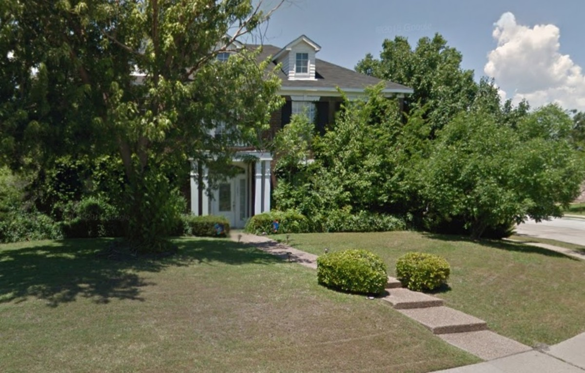 The house today. The current owners say sightseers still photograph the house to this day. Owners removed the fountain from the front yard and the spa from the back yard. They allowed the bushes to grow up over the windows for privacy.