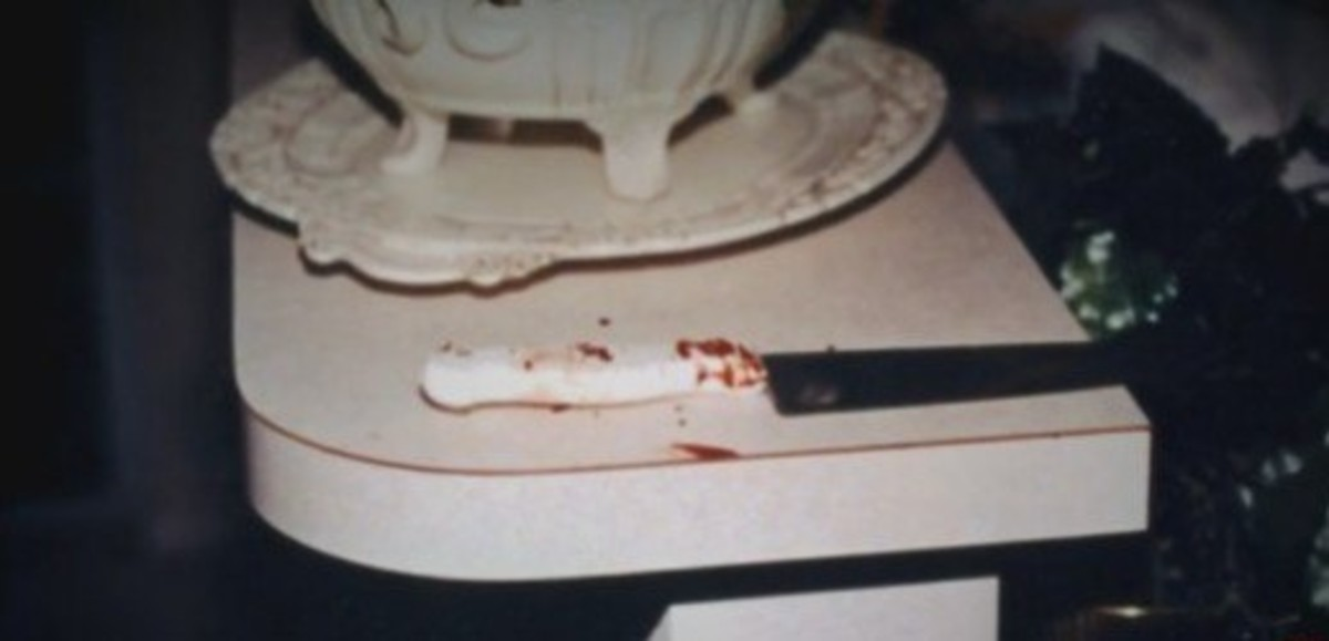 The knife used as the murder weapon. Darlie claimed the intruder dropped it on the floor and she picked it up. She said that's why her fingerprints were on it. She mentioned that twice to the 911 operator and four times to the hospital staff.