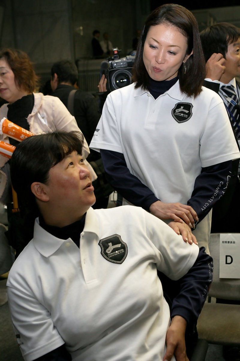 Masami Tanaka meets with swimmer Mayumi Narita during an event in which they announced which city eventually ended up qualifying for the 2016 Summer Olympic Games.