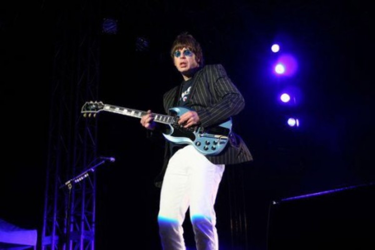 Elliot Easton on stage with his signature Gibson SG.