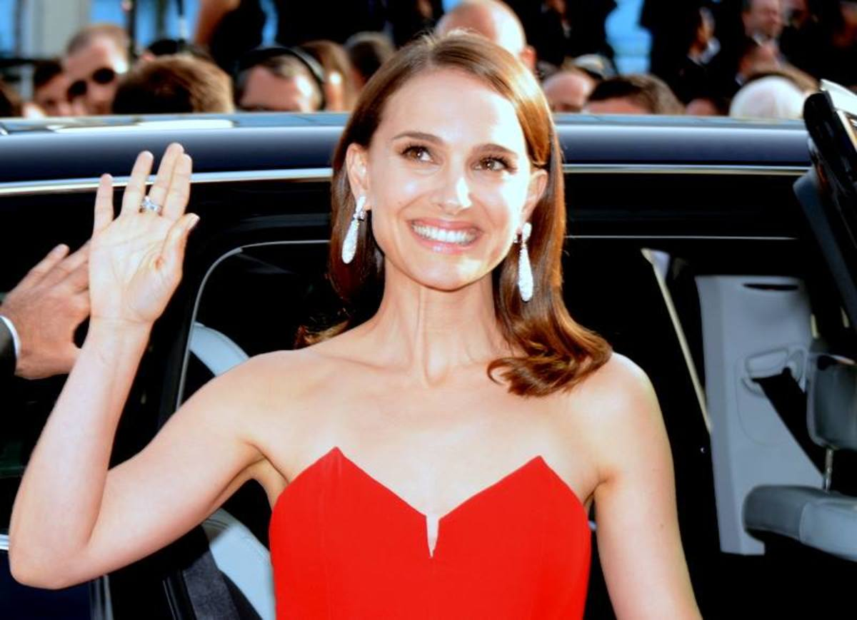Natalie Portman is not a fan of blue, at least when it's on the skin of Gargamel's favorite treat.