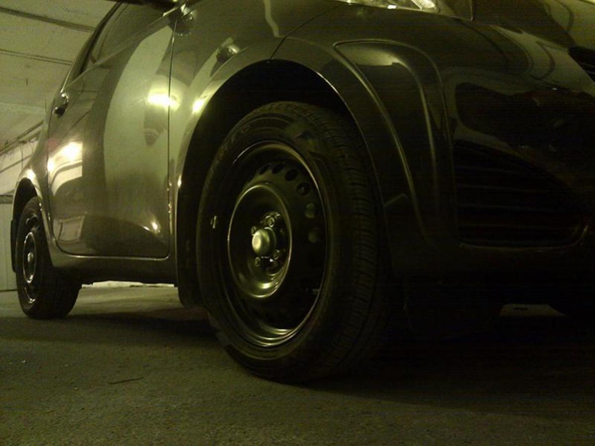 These wheels do not have hubcaps--and, pardon me, but they look awful.