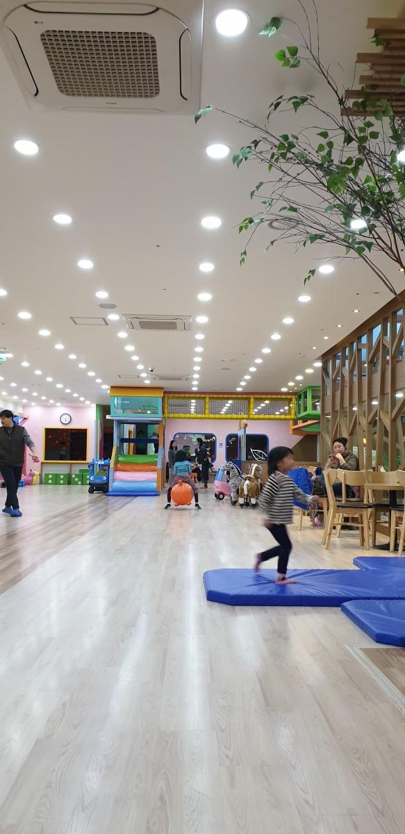 Play areas with train rides and trampolines at Hello Bang Bang Kids Cafe, Yongin