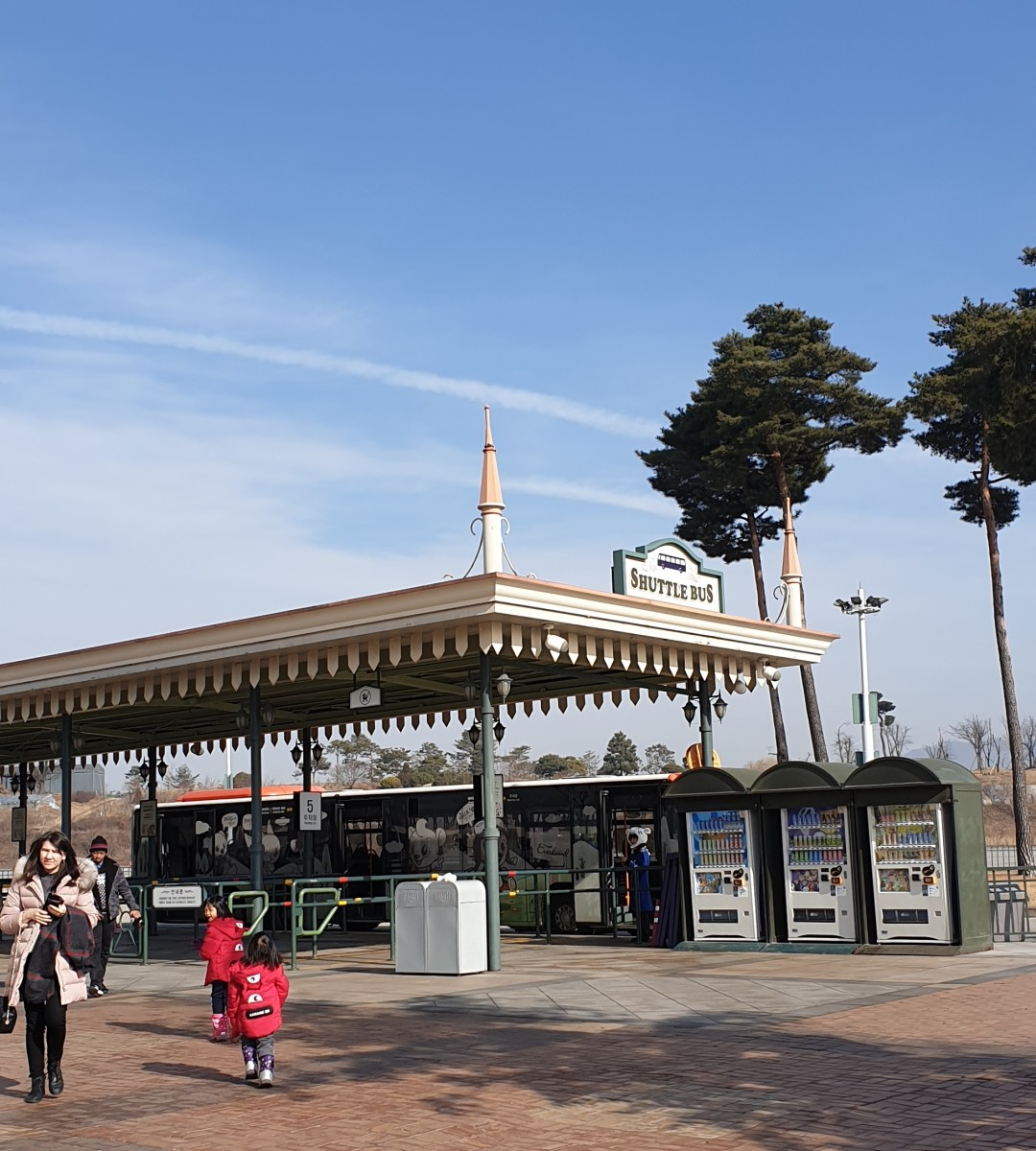 Turn left on exit out of the subway and cross the overhead bridge to catch the free shutttle bus ride to Everland