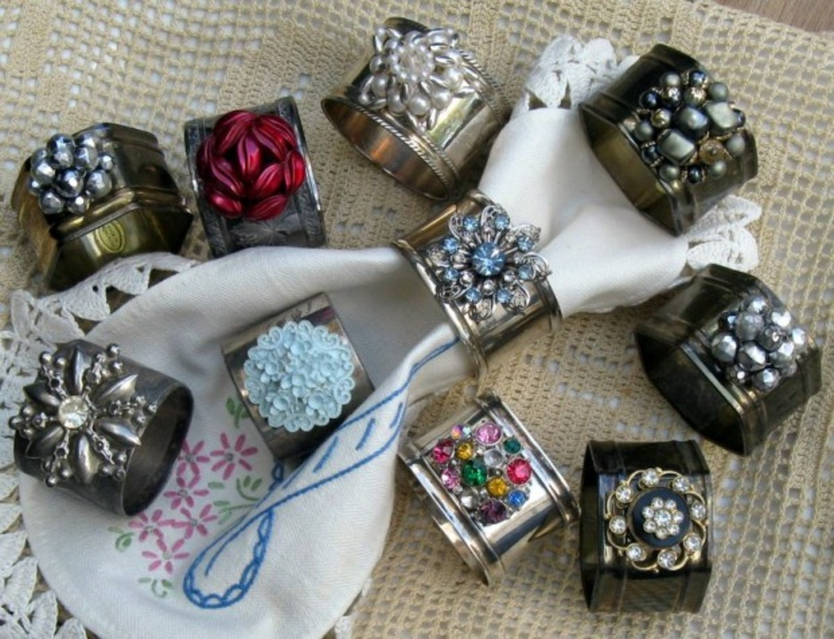 These are beautiful napkin holders that look like jewelry rings!