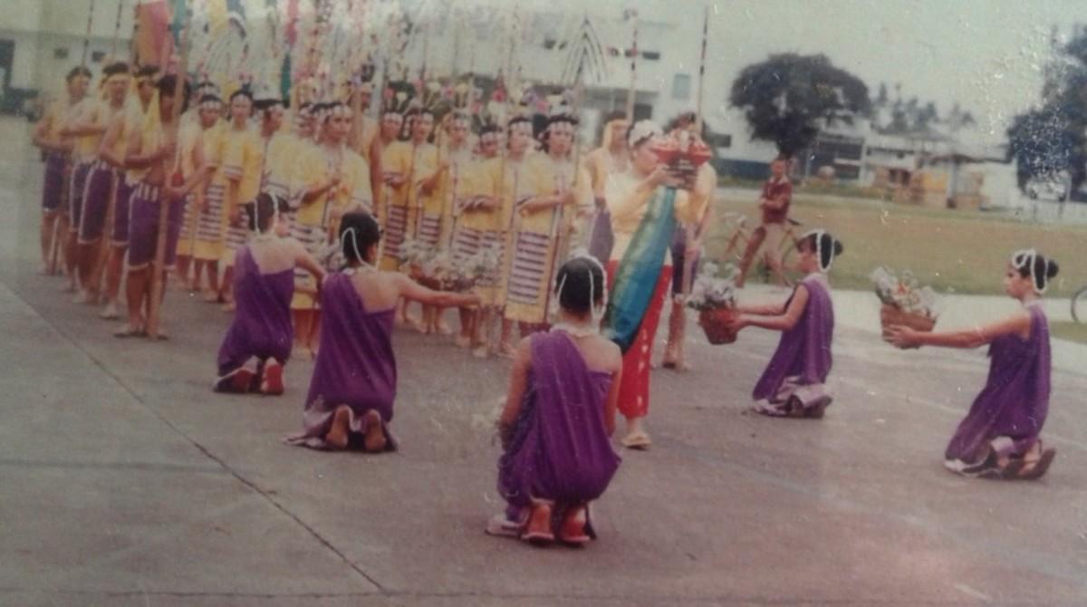 sinulog dancers with Sto. Nino image
